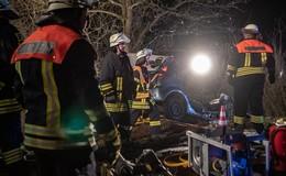 Schwerer Unfall auf Landstraße bei Uffhausen - Auto prallt gegen Baum