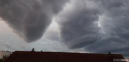 Vorboten eines Tornados: Trichterwolken über Osthessen?