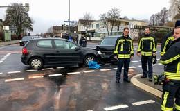 Crash auf Kreuzung  beim Linksabiegen - Unfallverursacher ohne Führerschein