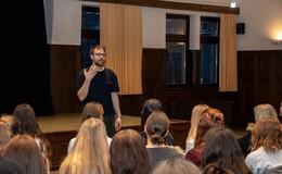 Morbus Goethe und Holger die Waldfee – Poetry-Slammer Lars Ruppel in der Marienschule