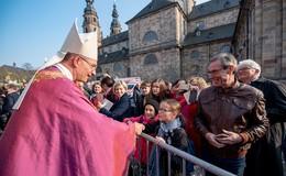 Deutschlands jüngster Bischof im Amt - Der Ein- und Auszug aus dem Dom