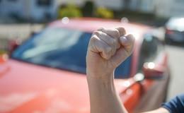 Unbekannter greift Opfer von hinten an: Tritte gegen Oberkörper und Gesicht