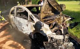 Auto prallt gegen Baum bei Iba und fängt Feuer, Fahrer schwer verletzt