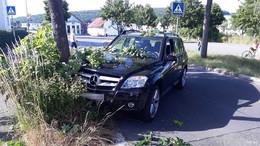 Mercedes kracht gegen Baum, Fahrerin leicht verletzt, erheblicher Sachschaden