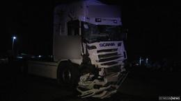 LKW-Fahrer prallt nach Asthma-Anfall mit Lastwagen gegen Eisenbahnbrücke