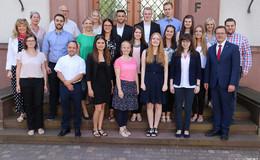 Erster Kreisbeigeordneter Schmitt gratuliert jungen Verwaltungsfachkräften