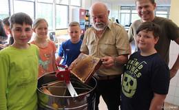 Mit Begeisterung dabei: Kleine GSO-Imker schleudern rund 80 Kilogramm Honig