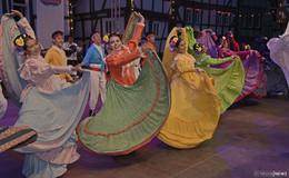 Internationales Trachtenfest begeistert: Tänze auf dem Marktplatz