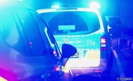 Selbst für das Streufahrzeug zu glatt: Gegen parkendes Auto gerutscht