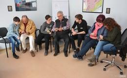 Digital natives klären Teilnehmer bei der Handynachhilfe auf
