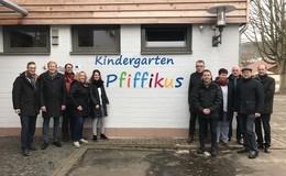 Ausschuss überzeugt sich von Sanierung des Ausbacher Kindergartens