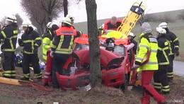 Schwerer Unfall auf der B 254: Auto prallt gegen Baum - zwei Verletzte