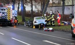 Auf gerader Strecke gegen Baum geprallt - drei Fahrzeuginsassen verletzt