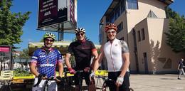 Drei Festspielschauspieler auf Rennrädern on Tour - Orientierung bitte