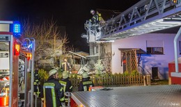Brand greift auf Wohnhaus über: Feuerwehr rettet Bewohner