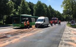 Feuerwehreinsatz in der Magdeburger Straße: Ölschlauch von Bus reißt ab