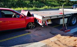 Polnischer Pkw fährt auf Lkw auf - Zwei Verletzte