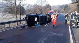 Schwerer Unfall auf der L 3255: Fahrerin in Auto eingeschlossen