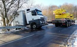 300 Liter Diesel ausgelaufen: LKW kracht in Leitplanke - Sperrung aufgehoben