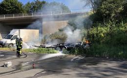 Wohnwagen ausgebrannt - Feuerwehr am Morgen im Einsatz