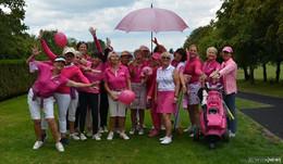 Der Golfplatz erstrahlt in pinker Farbe