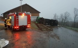 Gefährliche Eisglätte führt zu zahlreichen Unfällen - Laster umgestürzt