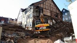 Seitenwand von denkmalgeschütztem Haus stürzt in Innenstadt ein
