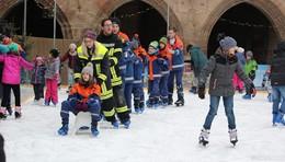 Nach Weihnachten noch richtig was los auf der Eisbahn vor dem Rathaus