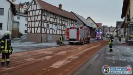 Landwirtschaftliches Fahrzeug verliert große Menge Öl - Feuerwehr im Einsatz