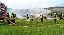 Unterstand mit Stroh- und Heuballen brennt in Angersbach