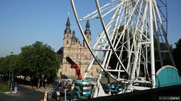 Ein Blick über das Stadtfest: Caesar Wheel im Aufbau