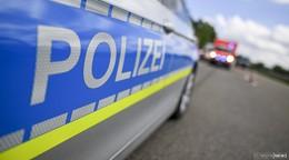 Gespann schleudert und kippt auf der A5 um - Insassen bleiben unverletzt