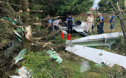 Von der Startbahn abgekommen: Flugzeug rollt gegen Baum