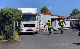 Schwieriger Rettungseinsatz: Mann zwischen Lkw und Zaun eingeklemmt