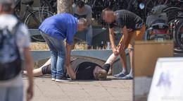 Mann kollabiert in der Innenstadt: Wer hilft? Wer schaut weg?