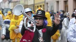 Geisaer trotzen Schmuddelwetter: Rosenmontagszug begeistert - Bilderserie (1)