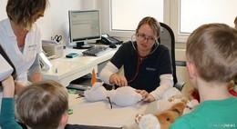 Der schönste Arbeitstag im Jahr: Teddy-Sprechstunde bei Dr. Silvia Steinebach