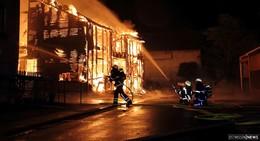 Scheune brennt komplett nieder, Wohnhaus unbewohnbar
