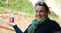 Maria Dern betreibt Upcycling mit leeren Schnapsflaschen