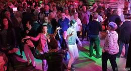 Rock im Holz am Samstag: Tanzparty mit den MamboKingx für guten Zweck