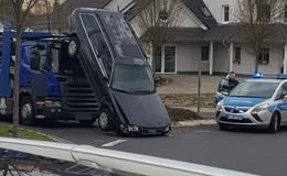 Autotransporter verliert Fahrzeug - Kopfüber im Kreisel