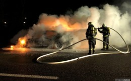 Feuerwehreinsatz am frühen Morgen: 5er BMW steht in Vollbrand