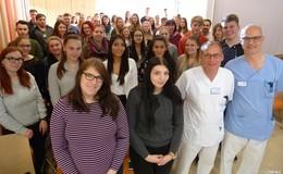 Krankenpflegeschüler und Abiturienten erleben Live-OP im Krankenhaus