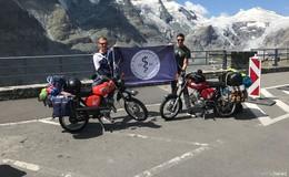 Zwei Feldapotheker mit ihren Simson Mopeds auf dem Weg zum Großglockner