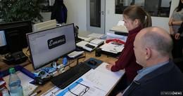 Drei Schülerinnen durchlaufen Abteilungen von Herzau + Schmitt