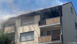 Dachstuhlbrand in Stettiner Straße - Flammen schlagen aus dem Dach