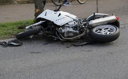 Schwerer Unfall auf B62: Autofahrer nimmt Motorradfahrerin die Vorfahrt