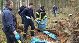 Knochenfund in Waldstück bringt Feuerwehr und Polizei auf den Plan