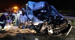 Transporter crasht auf der A4 in Sattelzug - Fahrer schwer verletzt