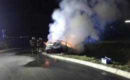 Alleinunfall: Pkw in Brand auf der B254 - Fahrerin leicht verletzt